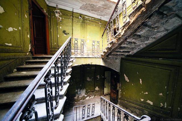 Целые кварталы в Петербурге стоят заброшенными