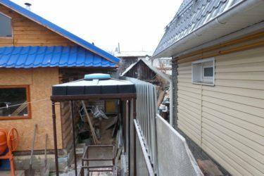 Снег с крыши соседа падает на мой участок – что делать?