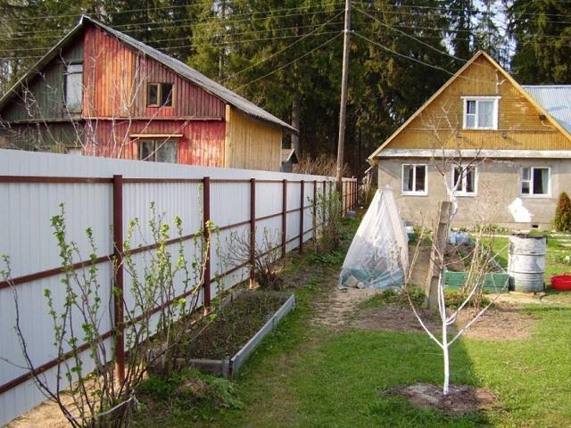 Построили дом вплотную к забору – что теперь делать?