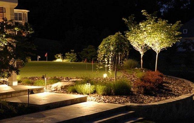 Освещение участка рядом с загородным домом