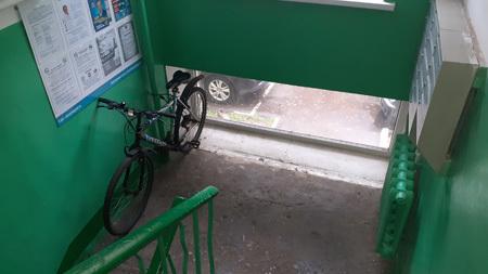 Можно ли занять нишу в подъезде под коляски?